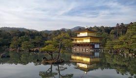 Висок Kinkakuji золотой павильон в лете, Киото Стоковые Изображения RF