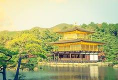Висок Kinkakuji золотой павильон в Киото, Японии (фильтре Стоковое Изображение RF