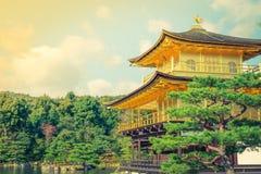 Висок Kinkakuji золотой павильон в Киото, Японии (фильтре Стоковое Изображение