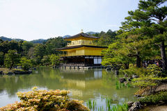 Висок Kinkakuji (золотой павильон) в Киото Стоковые Изображения RF