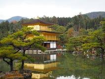 Висок Kinkakuji, Japan& x27; назначение s известное туристское, красиво и мирно стоковые изображения