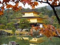 Висок Kinkakuji, Japan& x27; назначение s известное туристское, красиво и мирно стоковое фото