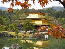 Висок Kinkakuji, Japan& x27; назначение s известное туристское, красиво и мирно стоковое фото rf
