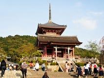 Висок Kiyomizu с путешественниками на Киото, Японии Стоковая Фотография