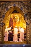 Висок Mahamuni Будды, Мандалай Мьянма - 25-ое июля 2018: Мыть стоковые фотографии rf