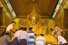 висок mandalay myanmar mahamuni Будды стоковая фотография rf