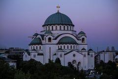 Висок Sava Святого и красивое фиолетовое небо на сумерк, Белград Стоковое Изображение