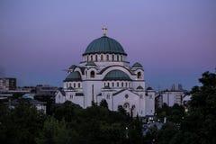Висок Sava Святого и красивое фиолетовое небо на сумерк, Белград Стоковое Изображение RF