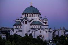 Висок Sava Святого и красивое фиолетовое небо на сумерк, Белград Стоковые Изображения
