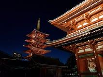 Висок Sensoji буддийский в Токио Asakusa загоренном к ночь стоковое изображение