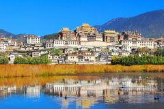 Висок Songzanlin также известный как монастырь Ganden Sumtseling, тибетский буддийский монастырь в городе Zhongdian (Шангри-Ла),  Стоковое Изображение RF