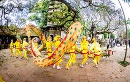 ВИСОК TRAN, NAMDINH, ВЬЕТНАМ - 24-ое февраля 2015 - традиционное шествие с танцем дракона местные люди Стоковое Фото