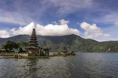 Висок Ulun Danu Bratan в середине озера Стоковые Изображения RF