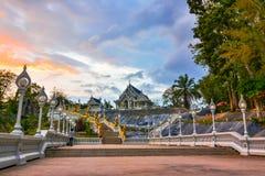 Висок Wat Kaew, Krabi, Таиланд: Wat Kaew один из главных висков в Thanon Maharat стоковая фотография
