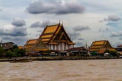 Висок Wat Kalayanamitr Varamahavihara буддийский, от Chao Phray Стоковые Изображения