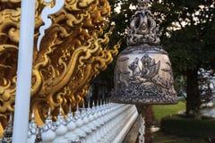 Висок Wat Rong Khun белый одно из большинств любимого посещения туристов ориентир ориентиров в Таиланде, построенный с современно стоковое изображение