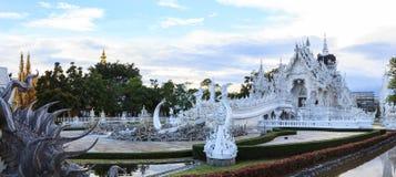 Висок Wat Rong Khun белый одно из большинств любимого посещения туристов ориентир ориентиров в Таиланде, построенный с современно стоковые изображения