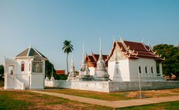 Висок Wat Uposatharam или средство Wat в полдень под ясным голубым небом, стоковые фотографии rf