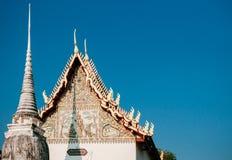 Висок Wat Uposatharam или средство Wat в полдень под ясным голубым небом, стоковое фото rf
