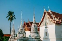 Висок Wat Uposatharam или средство Wat в полдень под ясным голубым небом, стоковые изображения