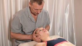 Висцеральный доктор приниманнсяый за механический монтаж черепа маленькой девочки r Предохранение здоровья сток-видео