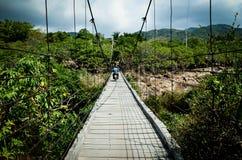 Висячий мост в высоких горах стоковое фото
