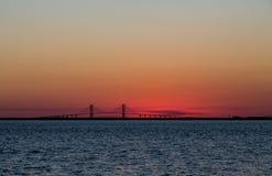 Висячий мост на заходе солнца стоковое изображение rf