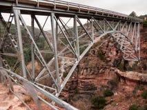 Висячий мост над красными утесами Стоковая Фотография RF
