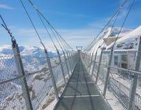 Висячий мост на Mt Titlis в Швейцарии стоковые изображения