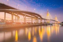 Висячий мост ночи twilight подключает к взаимообмену шоссе Стоковые Изображения