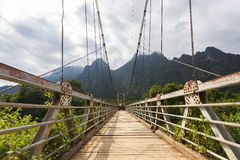Висячий мост пересекая реку песни Nam Стоковое фото RF