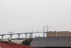 Висячий мост поднимая в туман стоковая фотография