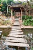 Висячий мост сделанный с деревянными планками над рекой в Китае стоковые изображения rf