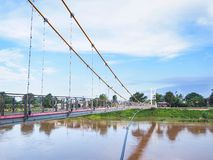 Висячий мост через реку и голубое небо стоковое изображение rf