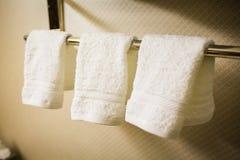 3 вися белых полотенца в ванной комнате Стоковые Фото