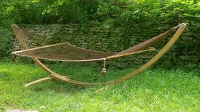 Вися гамак для ослаблять на лужайке в саде лета, отсутствие тела акции видеоматериалы