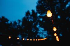 Вися декоративные света для свадебного банкета Стоковая Фотография RF