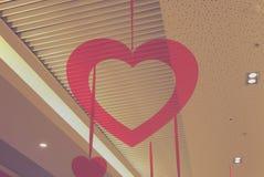 Вися красное сердце стоковое фото
