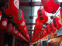 Вися красные китайские бумажные фонарики Стоковое фото RF