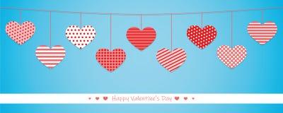 Вися красные сердца с различной картиной на голубой предпосылке для бесплатная иллюстрация