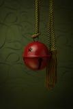 Вися красный колокол с веревочкой золота Стоковые Фото
