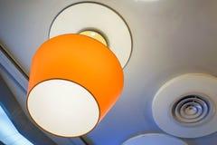 Вися лампа оранжевого зарева на потолке ресторана Стоковые Изображения RF