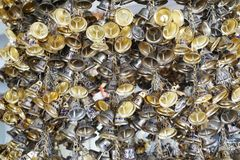 Вися малые колоколы золота для везения в Wat Pongarkad, Chachoengsao, Таиланде Стоковые Фотографии RF