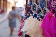 Вися пестротканые пер на веревочках, как сувениры на рынке Стоковые Изображения