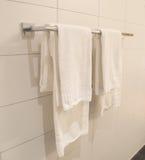 вися полотенца белые Стоковая Фотография RF