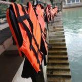 Вися спасательный жилет на веревочке стоковая фотография rf