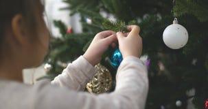 Вися украшение рождества на дереве со светами рождества Украшать на рождественской елке с шариком 4K сток-видео