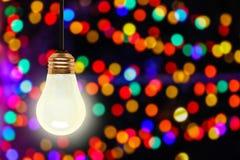 Вися электрическая лампочка с предпосылкой светов Bokeh рождества стоковая фотография rf