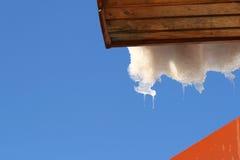 вися icicles плавя снежок крыши Стоковое Изображение RF
