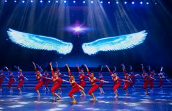 Витайте вверх в небо с одним старт-моложавым витать-современным танцем стоковое фото